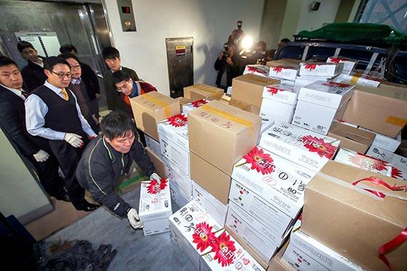 박영수 특별검사팀이 13일 서울 대치동에 마련된 사무실에서 업무를 시작했다. 이날 오후 특검 관계자들이 검찰에서 넘겨받은 수사자료를 옮기고 있다. [뉴시스]