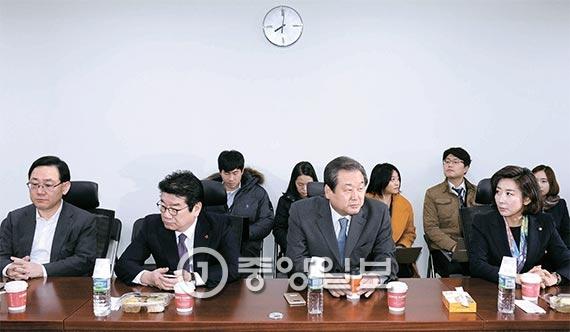 """새누리당 비박계 의원들이 주도하는 비상시국위가 13일 오전 국회 의원회관에서 열렸다. 이날 김무성 전 대표는 탈당 및 신당 추진 의사를 밝혔지만 유승민 의원은 """"탈당은 마지막 카드""""라고 반대했다. 이 회의를 끝으로 비상시국위는 해체됐다. 앞줄 왼쪽부터 주호영·강석호 의원, 김 전 대표, 나경원 의원. [사진 김현동 기자]"""