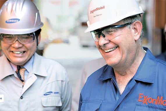 2008년 8월 삼성중공업 거제조선소에 들른 렉스 틸러슨 엑손모빌 회장(오른쪽)이 김징완 당시 삼성중공업 사장(왼쪽)과 엑손모빌이 발주한 액화천연가스(LNG)선을 살펴보고 있다. 틸러슨 회장은 당시 조지 W 부시 미국 대통령 방한에 맞춰 입국했다. [사진 삼성중공업]