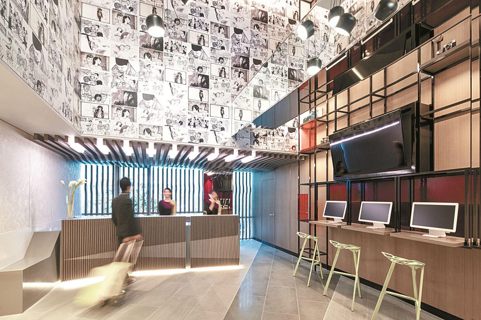 이비스 스타일 명동 프론트 데스크 벽면을 영화 테마로 꾸몄다.