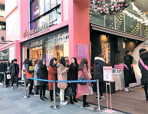 지난 9일 서울 가로수길에 문을 연 엘큐브 3호점 앞에서 고객들이 줄을 서 있다. [사진 롯데백화점]