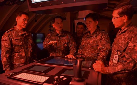 엄현성 해군참모총장(왼쪽 두번째)이 16일 잠수함 사령부를 방문해 잠수함 공격전술에 대해 논의하고 있다. [사진 해군]