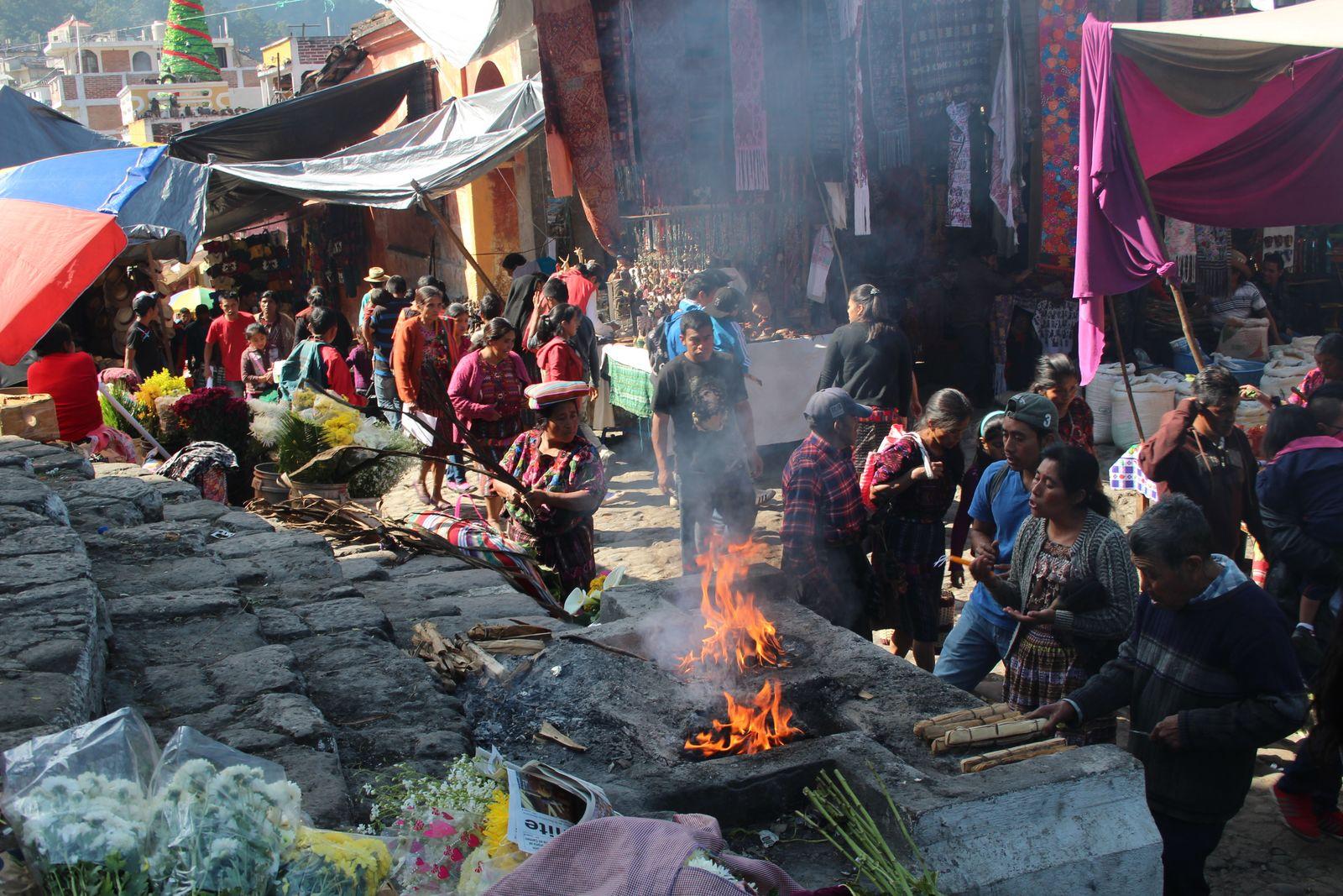 산토 토마스 교회 앞에서 제사를 드리는 원주민.