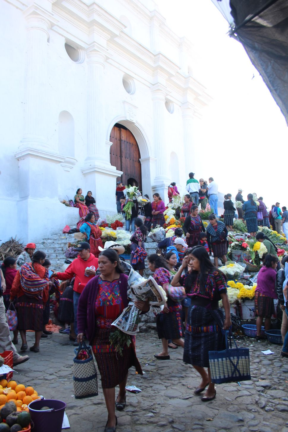 치치카스테낭고 산토 토마스 교회 앞.
