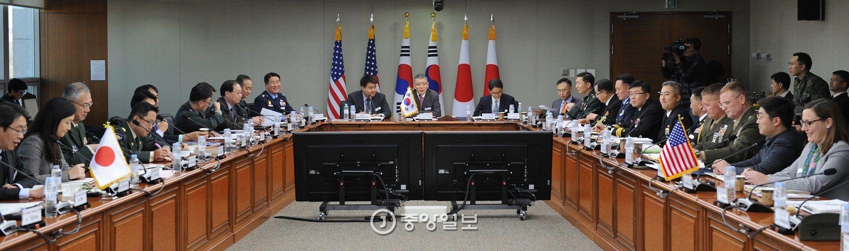 한국과 미국, 일본 국방 당국자들이 16일 서울 국방부 청사에서 8차 한미일 안보회의(DTT)를 열어 국방 현안을 논의하고 있다. [사진 국방부]