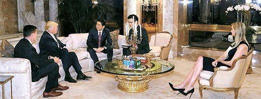 도널드 트럼프 미국 대통령 당선인(왼쪽 둘째)과 아베 신조 일본 총리(왼쪽 셋째)가 지난달 17일 뉴욕 트럼프 자택에서 만났다. [AP=뉴시스]
