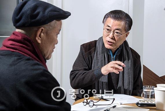 """14일 오전 서울 마포의 카페에서 도올 김용옥(왼쪽)과 만난 문재인 전 더불어민주당 대표는 박근혜 대통령의 거취와 관련, """"(박 대통령은) 헌법재판소의 결정을 기다리지 말고 즉각 퇴진해야 한다""""며 """"헌재의 판결도 조속히 이뤄질수록 좋다. 헌재도 그런 방향으로 노력하리라고 믿는다""""고 말했다. [사진 주기중 기자]"""