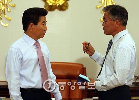 2007년 5월 3일 노무현 전 대통령(왼쪽)과 문재인 당시 대통령 비서실장이 청와대 집무실에서 국정에 대해 이야기를 나누고 있다. [중앙포토]