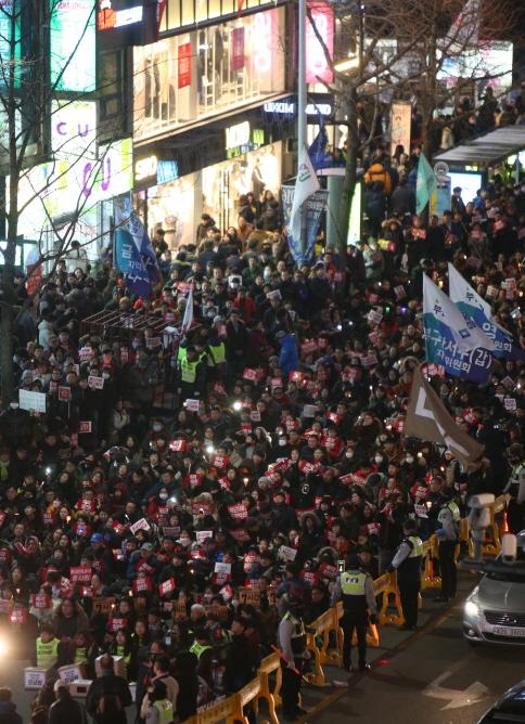 17일 부산 서면 중앙로에서 열린 촛불집회에서 참가자 5만명이 도심 3.5㎞ 구간에서 거리 행진을 하고 있다.  송봉근 기자