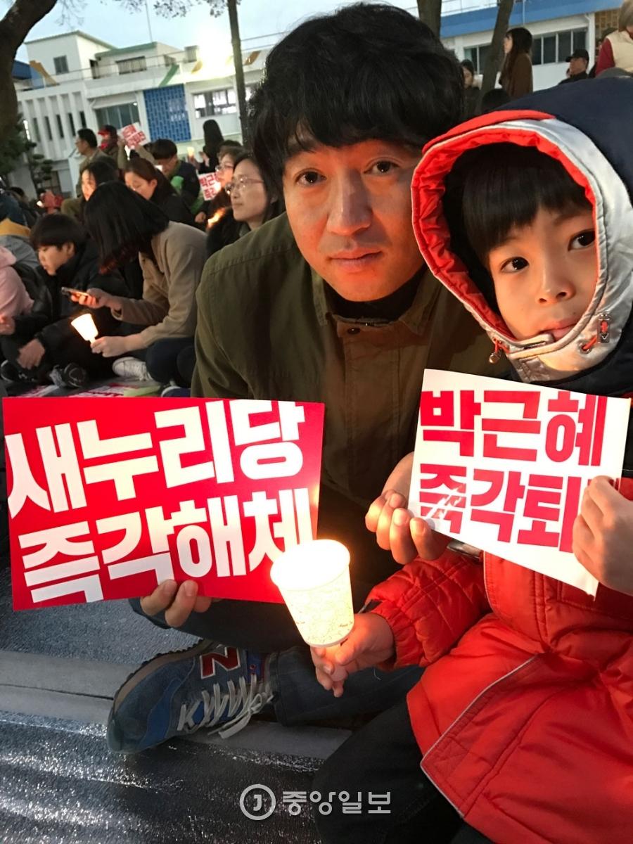 초등학생 아들과 함께 집회에 나온 김진환(36·제주시 화북동)씨. 최충일 기자