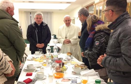 노숙인들과 80세 기념 아침식사를 함께하는 프란치스코 교황. [사진 Mary Shovlain 트위터 캡쳐]