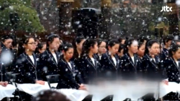 2015년 11월 26일 국회의사당 앞 광장에서 김영삼(YS) 대통령의 영결식이 열렸다. 어린이 합창단원들은 추운 날씨 속에서 얇은 단복만 입고 떨었다. 이때문에 `아동 인권 침해` 논란이 있었다. 내빈에게는 무릎 담요가 제공됐다. 결국 정부가 뒤늦게 사과헸다. 이와 같이 일부를 위한 의전은 실패한 의전이다. [사진 JTBC 캡처]
