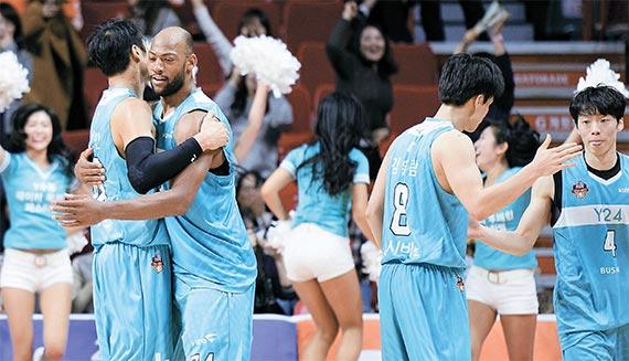 11연패에서 탈출한 뒤 승리의 기쁨을 나누고 있는 kt 선수들. 김현민(왼쪽)과 리온 윌리엄스(왼쪽 둘째)가 포옹을 하며 서로를 격려하고 있다. [사진 KBL]