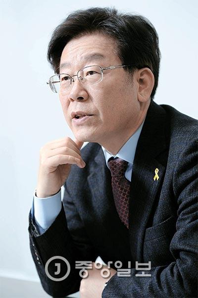 """이재명 시장은 """"박근혜 대통령이 청와대를 나오는 순간 구속수사해야 한다""""며 """"개인에 대한 분노를 넘어 우리 사회 기득권자들이 다시는 부정부패를 저지르지 못하도록 못 박기 위한 것""""이라고 주장했다. [사진 김현동 기자]"""