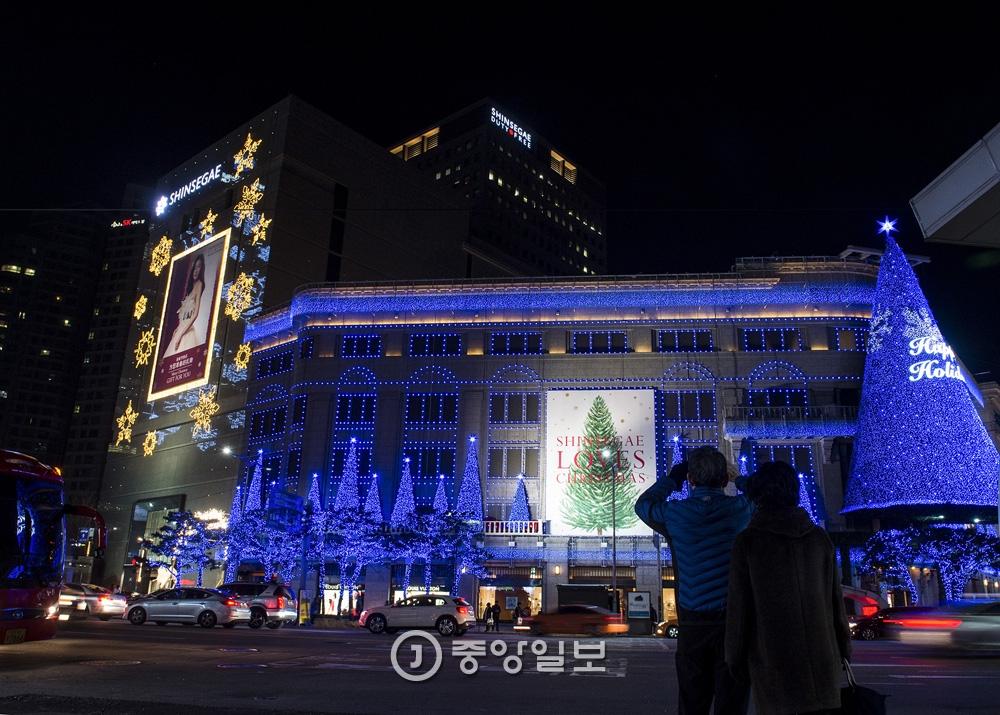 신세계백화점은 31만개의 LED등을 이용해 빛의 쇼를 벌인다. 외국인 관광객들의 인기가 높다.