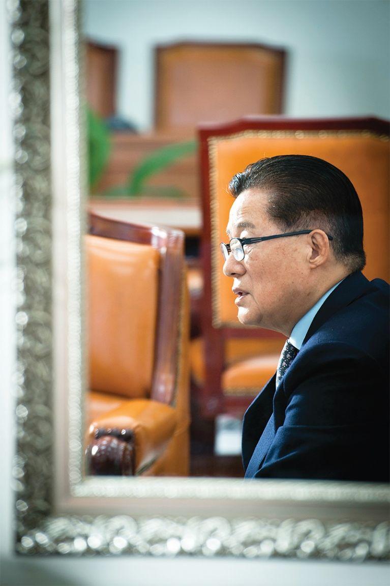 """박지원 국민의당 원내대표가 12월 15일 국회 본청 국민의당 원내대표실에서 월간중앙과 인터뷰하고 있다. 박 원내대표은 """"5당 체제가 개막되고, 개헌이 급물살을 탈 것""""이라고 말했다."""