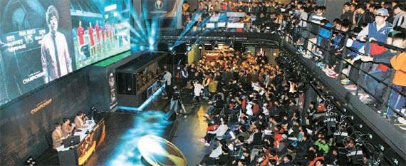 넥슨 아레나에서 열린 피파 온라인3 챔피언십 결승전에서 관람객들이 경기를 지켜보고 있다. [사진 넥슨]