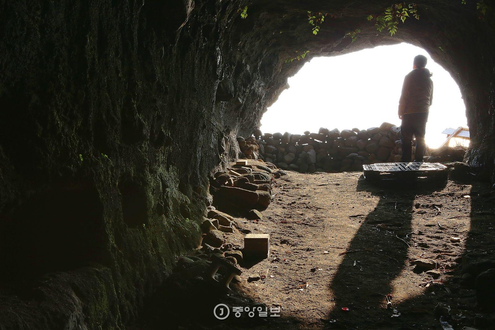 성산일출봉 서쪽 해안의 진지동굴. 성산일출봉에서만 진지동굴 18개가 발견됐다.