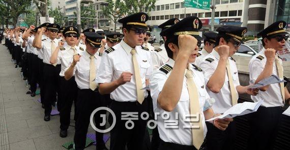 대한항공 조종사 노조원들이 지난 6월8일 서울 서소문 본사앞에서 임금인상등을 요구하는 시위를 하고 있다. 강정현 기자