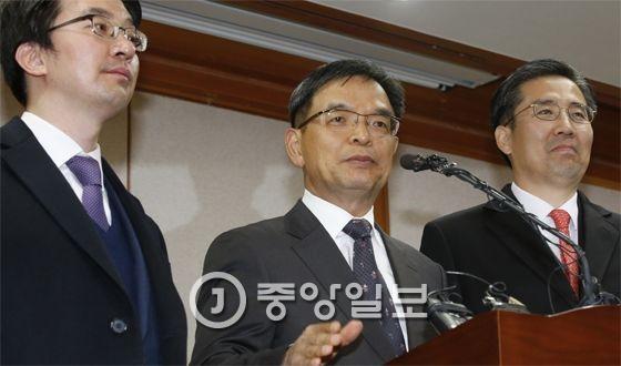 이중환 변호사(가운데) 등 박근혜 대통령 대리인단이 지난 16일 오후 서울 종로구 재동 헌법재판소에서 탄핵심판 의견서를 제출한 뒤 브리핑실을 찾아 기자들의 질문에 답하고 있다. [중앙포토]
