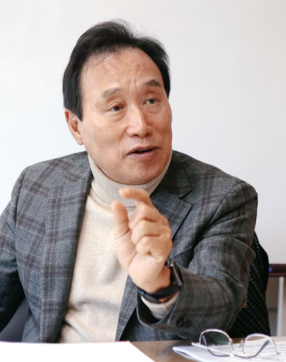 김광두 국가미래연구원장은 세계적 설비 과잉과 중국 경제의 침체로 한국 수출 전망이 어둡다고 말한다.