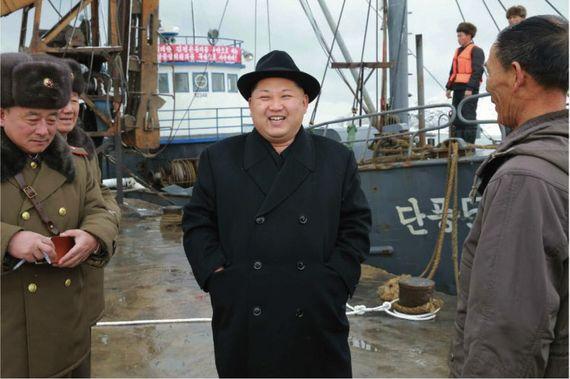 김정은 노동당 위원장이 물고기 대풍을 일궈낸 인민군 15호 수산사업소를 방문해 현지지도를 했다고 노동신문이 15일 전했다. [사진제공=노동신문]