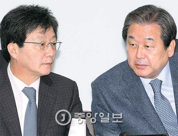 새누리당 김무성 전 대표(오른쪽)와 유승민 의원이 21일 오전 서울 여의도 국회 의원회관에서 열린 비주류 모임에 앞서 이야기를 나누고 있다. 이들은 이날 회의를 열고 27일 탈당하기로 뜻을 모았다. [사진 강정현 기자]