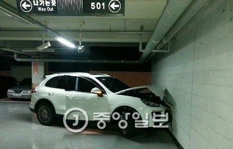 이용규 선수가 몰던 차량이 아파트 지하주차장 벽을 들이받고 멈춰서 있다. [사진 대전지방경찰청]