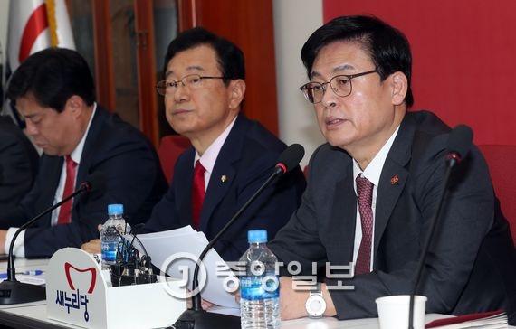 정우택 새누리당 원내대표가 23일 국회에서 원내대책회의를 주재하고 있다. 강정현 기자
