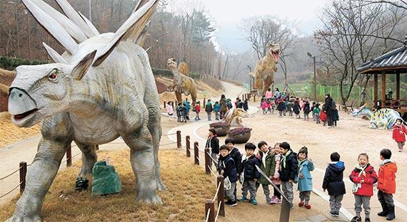 지난 20일 대구시 남구 고산골 공룡공원을 찾은 어린이들이 선사시대 실물 크기의 공룡 모형을 관람하며 즐거운 시간을 보내고 있다. [프리랜서 공정식]