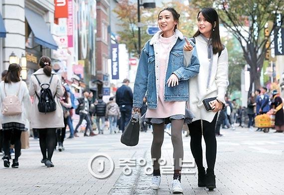 지난달 애경 초청으로 서울 명동을 방문한 왕훙 첸지웬(21·왼쪽)과 첸시(24). 왕훙이 SNS에 올린 사진 한 장 한 장은 수많은 팔로어에게 바로 닿기에 직접적인 광고 효과를 낸다. [사진 강정현 기자]