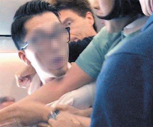 술 취해 기내에서 난동을 부린 임모씨가 승무원들이 제압하려 하자 반항하고 있다. [사진 페이스북 캡처]