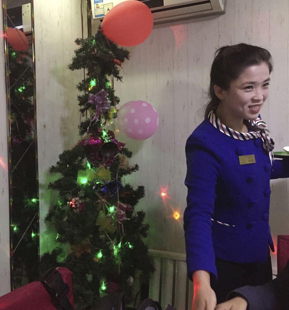 북한 평양의 한 레스토랑에 크리스마스가 설치돼있다. 리본과 전구,풍선 등으로 꾸며진 트리는 조악스럽기만하다. AP는 지난 12일 촬영한 이 사진을 23일 전송했다.[AP=뉴시스]