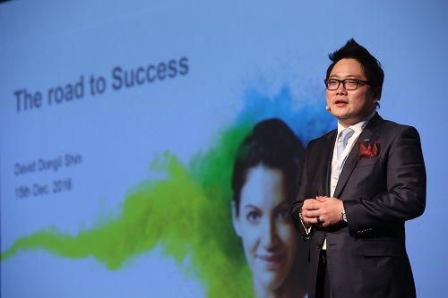 신동일 지반토스 코리아 대표가 지멘스보청기의 신규 브랜드 시그니아 론칭 및 신제품 출시 행사에서 제품을 설명하고 있다.