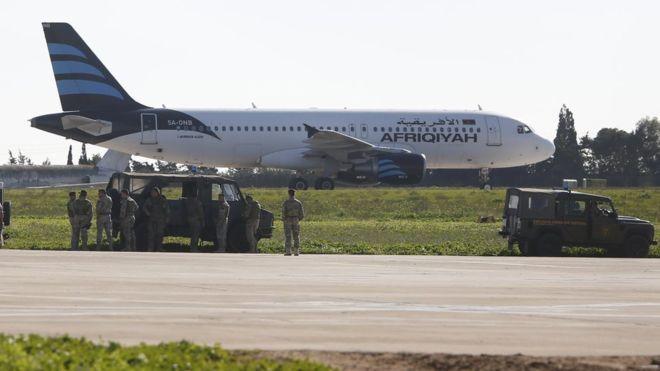 납치된 것으로 의심되는 리비아 여객기가 23일 몰타 공항에 착륙한 가운데 몰타 군인들이 비상사태를 대비해 대기하고 있다. [로이터=뉴스1]