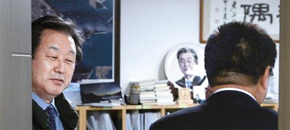 보수신당 창당을 추진하고 있는 새누리당 김무성 전 대표가 22일 오후 서울 여의도 국회 의원회관 자신의 사무실에서 이종구 의원을 맞이하고 있다. [뉴시스]