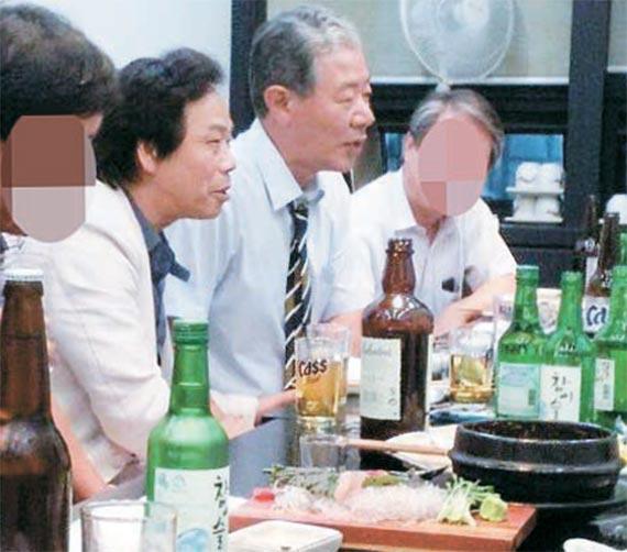 태블릿PC 위증교사 의혹을 받고 있는 새누리당 이완영 의원(왼쪽 둘째)과 최순실씨의 변호인인 이경재 변호사(왼쪽 셋째)가 함께 술자리를 갖고 있는 사진을 민주당 박영선 의원이 22일 공개했다. 박 의원은 이 사진을 한 시민에게 제보 받았다고 밝혔다. 이 변호사는 고령향우회 부회장이고 이 의원은 고령이 지역구다.