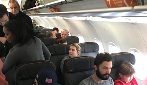 도널드 트럼프 미국 대통령 당선인의 장녀 이반카(35)(오른쪽 여성)가 22일(현지시간) 오전 뉴욕 존 F. 케네디 공항에서 아이들과 함께 일반 항공편에 탑승했다가 다른 승객으로부터 욕설을 들었다. [사진 트위터 캡쳐]