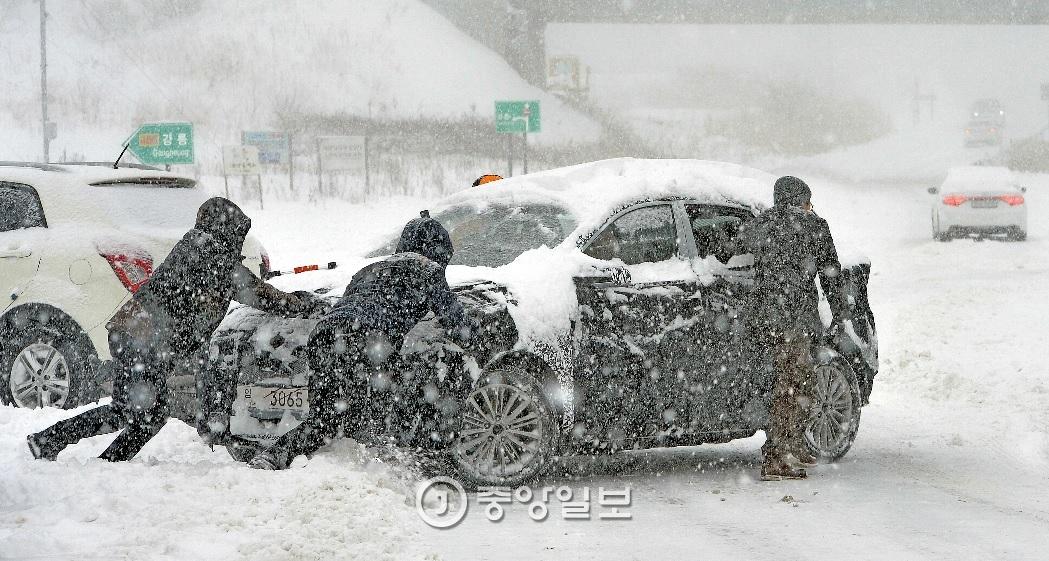겨울철 안전운전 팁…타이어부터 들여다보자