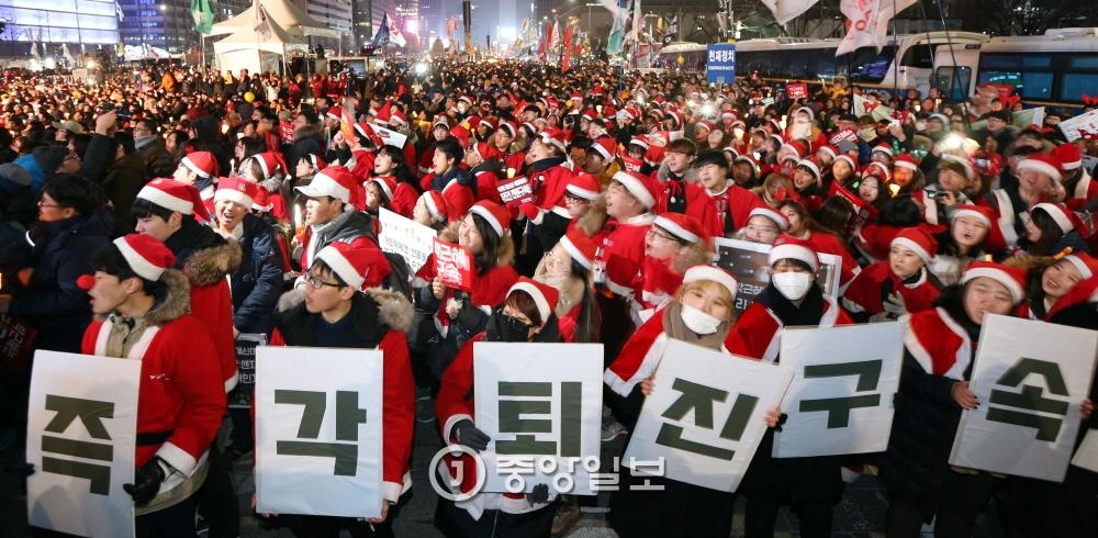24일 오후 서울 종로구 광화문광장에서 시민들이 박근혜 대통령 퇴진 촉구 제9차 범국민 촛불집회에 참석하고 있다. 강정헌 기자