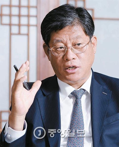 """지난 15일 서울 KOTRA 사옥에서 만난 김재홍 사장은 """"각국 경제 정책을 바꿀수는 없지만 우리의 사업 방향은 바꿀 수 있다. 정부와 기업이 신성장동력 마련에 머리를 맞대야 한다""""고 강조했다. [사진 김현동 기자]"""