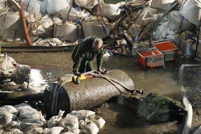 긴급 투입된 폭발물제거반이 작업을 벌이고 있다.