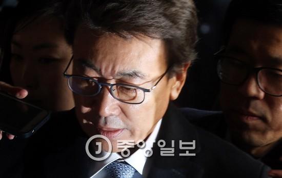 최순실의 전 남편 정윤회씨는 2014년 정권 실세 논란에 휘말렸다