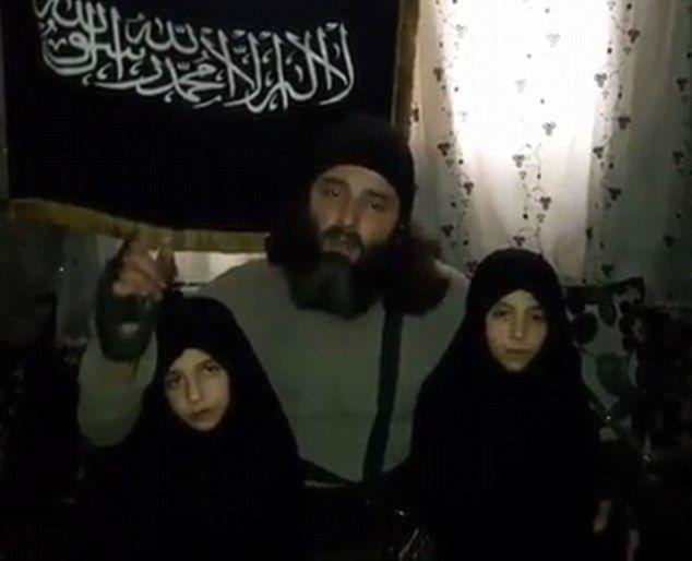 지하드 추종자인 시리아인 아버지가 어린 두 딸을 품에 안고 '폭탄 테러' 임무를 설명하는 모습(동영상 캡처).