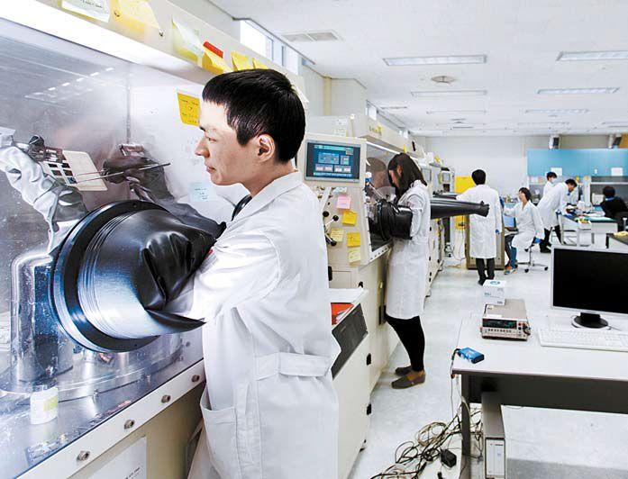 광주과학기술원(GIST) 차세대 에너지연구소 실험실에서 연구원들이 실험을 하고 있다. [사진 GIST]
