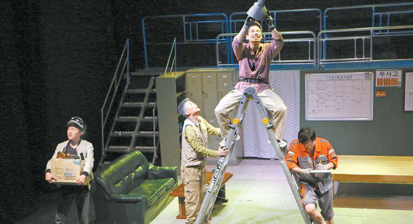 극동대 연극연기학과 학생들이 제24회 젊은 연극제 참가작 '공장' 무대에서 연기하고 있다. [사진 극동대]