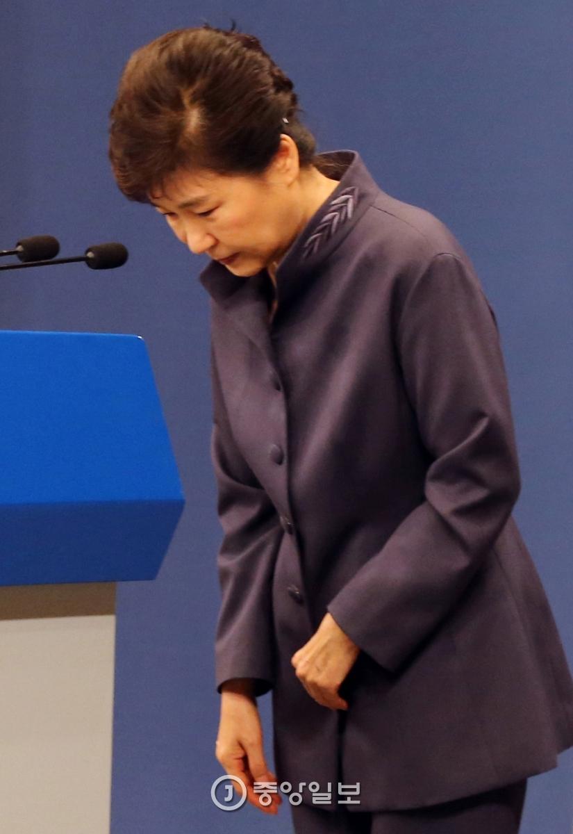 10월25일 최순실이 박 대통령 연설문 등을 사전검토했다는 의혹이 제기된 가운데 JTBC는 청와대 대외비 문서가 저장된 최씨가 사용한 것으로 추정되는 테블릿 PC를 공개했다.박 대통령은 다음날인 25일 1분 45초 동안 사과했다.김성룡 기자