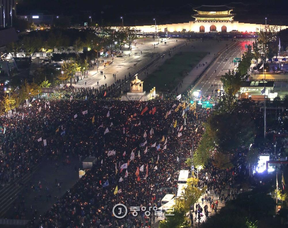10월29일 최순실 국정농단 사건이 본격적으로 실체가 드러나기 시작한 지난 10월29일 시민들은 첫 촛불집회를 열었다.3만명(경찰 추산 1만 2000명)이 모였다. 당시 집회장소였던 청계광장에서 청와대까지는 1800m 거리였다.오종택 기자