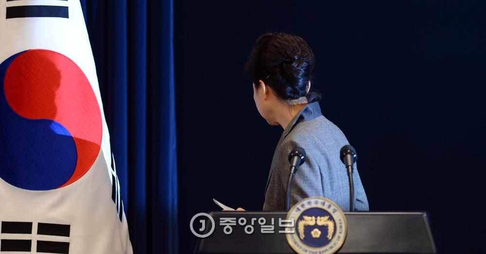 """11월29일 박근혜 대통령은 3차 대국민담화를 통해  """"대통령 임기단축을 포함한 진퇴문제를 국회 결정에 맡기겠다""""고 밝혔다.김성룡 기자"""