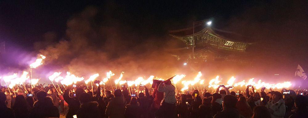 12월3일 6차 촛불집회엔 서울 170만 등 전국에서 230만명이 참가했다. 이날 시민들은 역사상 처음으로 청와대 100m 앞까지 접근했다.이날은 횃불도 등장하기도했다.시민들이 횃불을 들고 청와대로 행진을 하고 있다.[뉴시스]